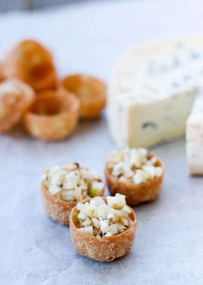 Cuenquitos de queso, pera y nueces.