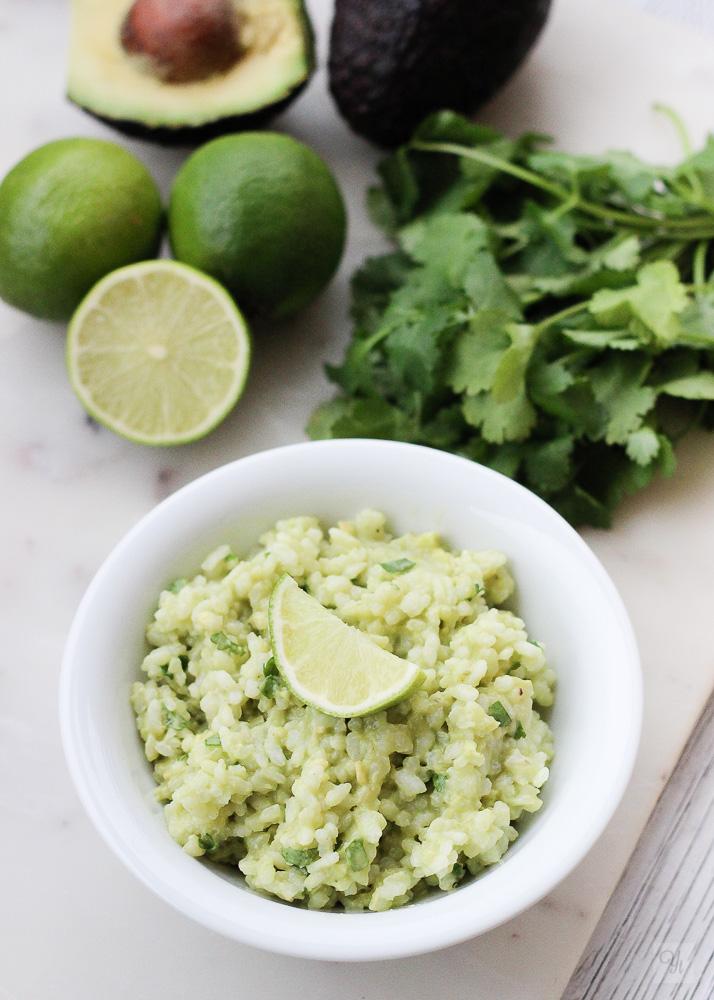 Arroz con aguacate, lima y cilantro.