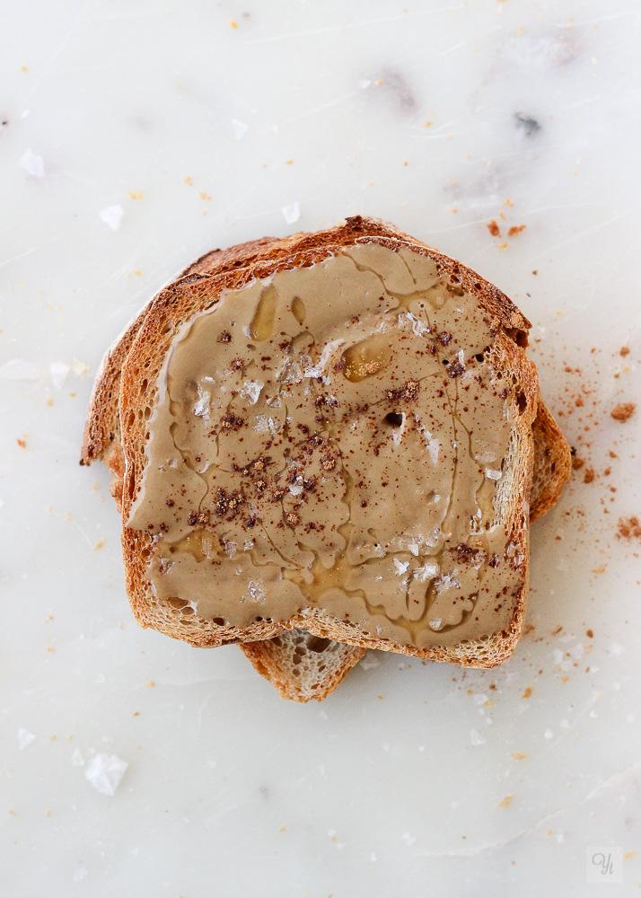 Tosta de pan y tahini