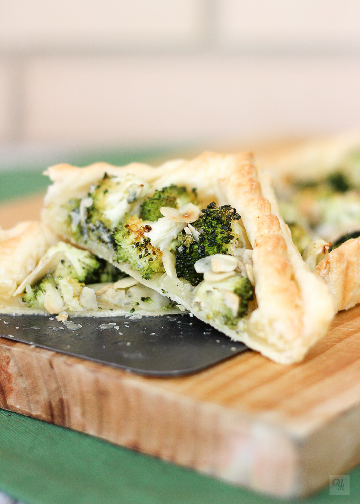 Quiche ligera de brócoli, queso azul y almendras