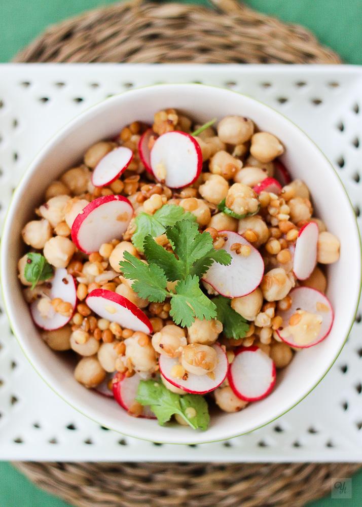 Ensalada de legumbres, rabanitos y cilantro