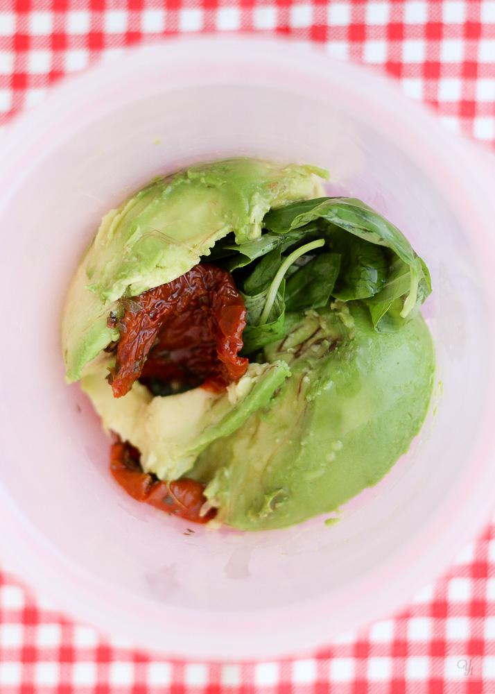 Pasta con aguacate y tomates en aceite