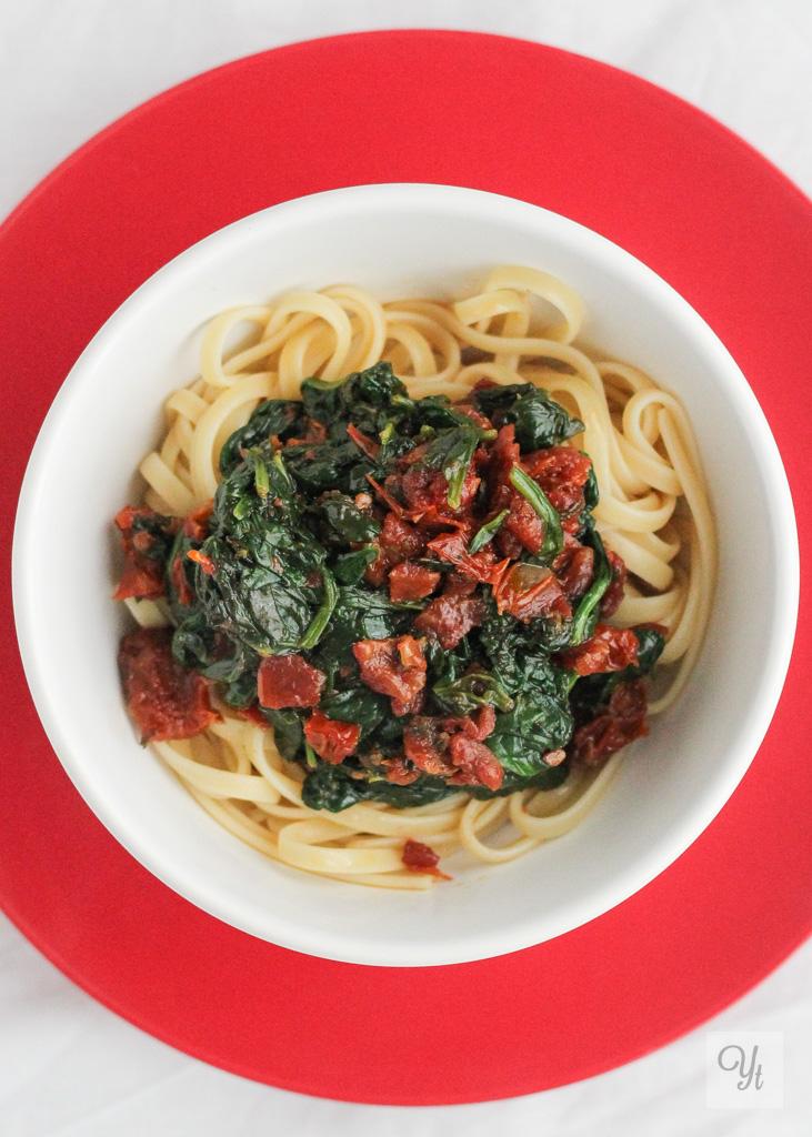 Pasta con espinacas y tomates en aceite